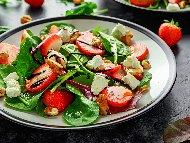 Гурме салата със спанак, ягоди, сирене моцарела и ядки